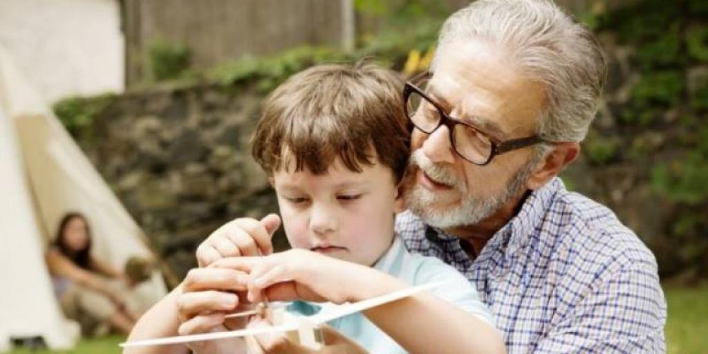 Ata që luajnë me nipërit e tyre mbesin më të kthjellt