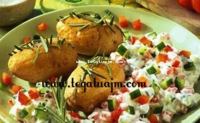 Patate me rosmarin si dhe salatë