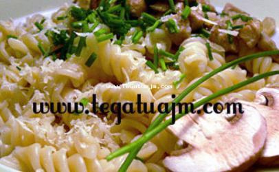 Makarona me salce dhe kerpudha