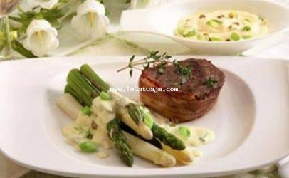 Medalion me mishë lope dhe asparagus