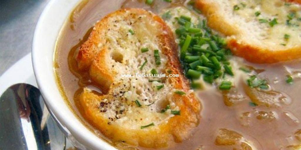 Supë franceze me qepë dhe hudhra