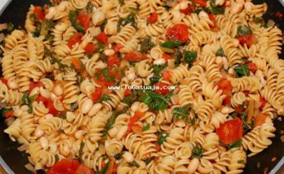 Makarona me domate dhe spinaq
