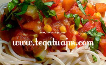 Shpageti me salce dhe perime te ndryshme