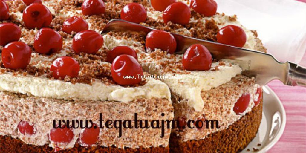 Torte me krem dhe qershia