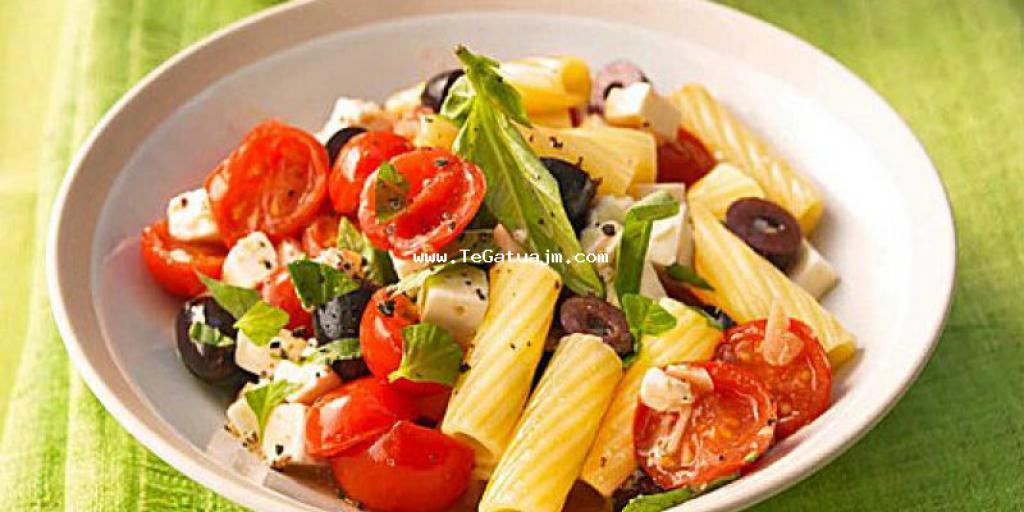 Makarona me djathe, domate dhe ullinje