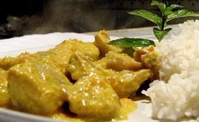 Pulë me salcë curry e oriz basmati