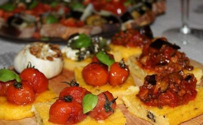 Brusketa me pure dhe domate