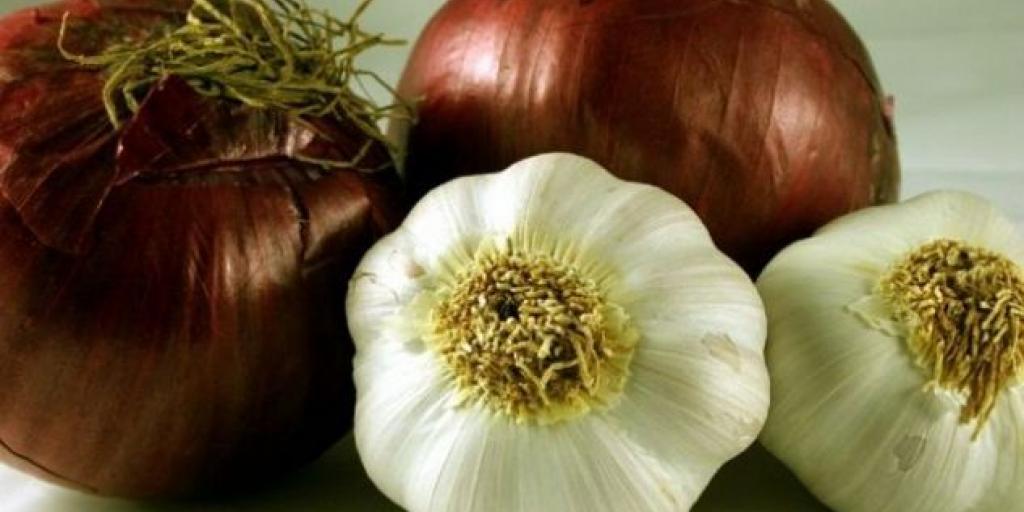 10 ushqime që nuk duhen vendosur në frigorifer