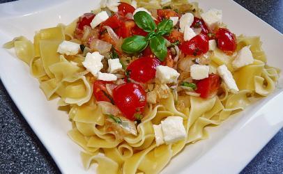 Pasta me domate te fresketa, mozzarela dhe borzilok