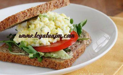 Toast me veze dhe salate