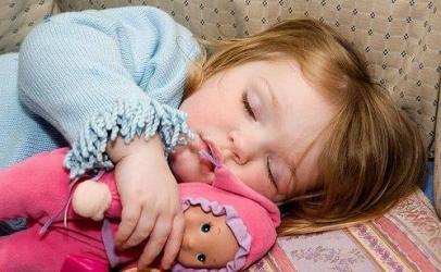 Çfarë duhet të bëj që fëmija im të flejë më gjatë
