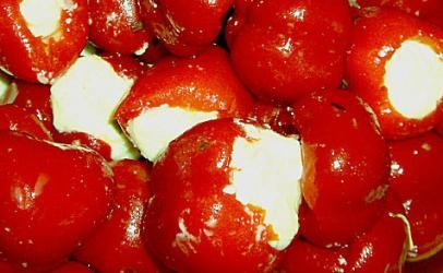 Speca te kuqe turshi te mbushur me djathe feta
