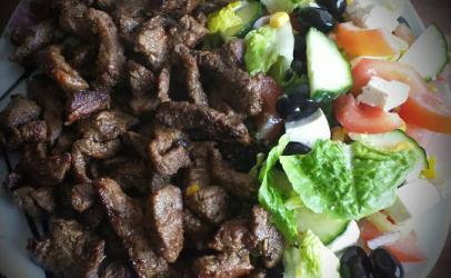 Mishë i skuqur si dhe salatë e gjelbërt