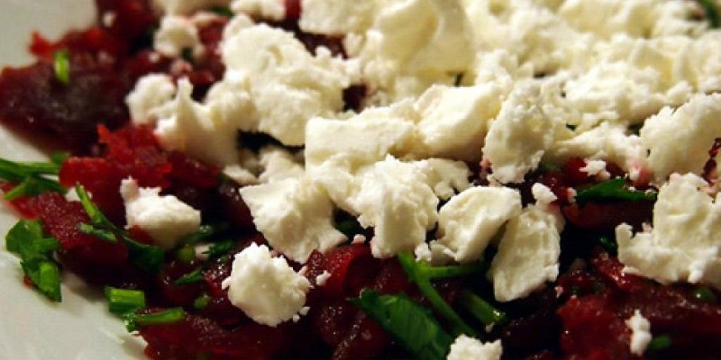 Salate e shpejt me rrepe te kuqe dhe djathe feta