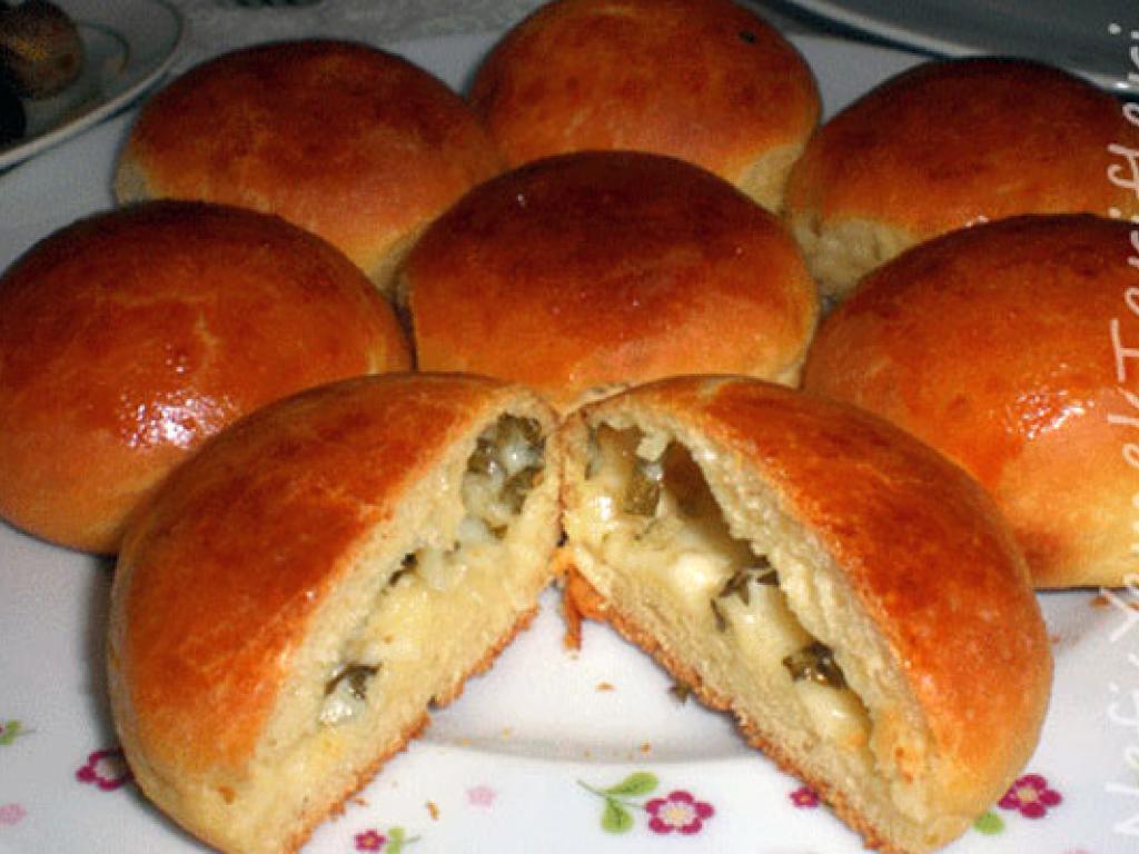 Pogaçe te mbushura me djathe (gjize) dhe majdanoze