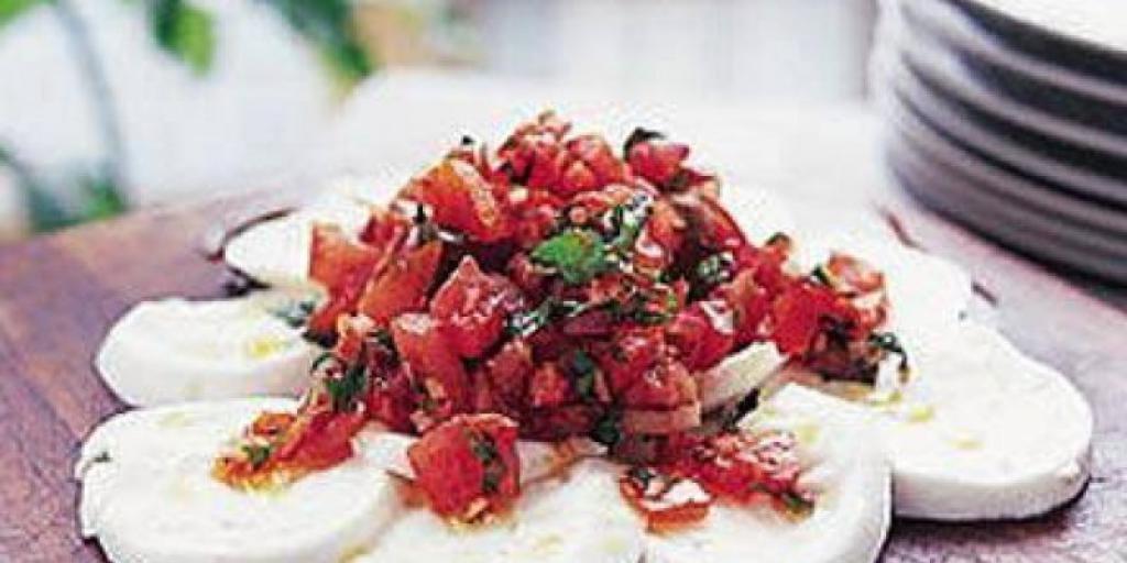 Mozzarella me domate dhe spec djegës