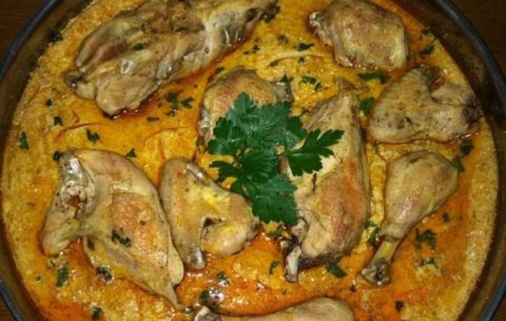 Tavë me vezë dhe me mishë pule