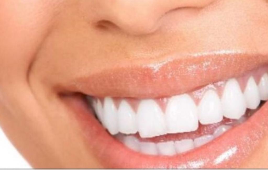 Deshironi dhëmbë më të bardhë shtoni qumësht në çaj