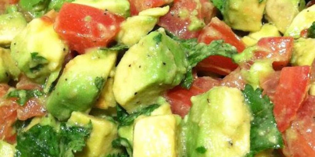 Salat me avokada dhe domate
