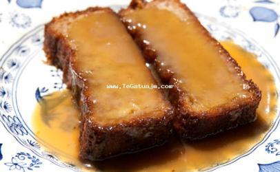Torte me banane dhe salce karameli