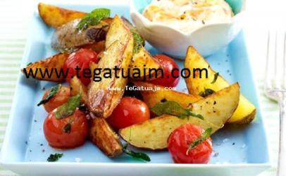 Patate dhe domate te pjekura me krem gjize dhe ajvar